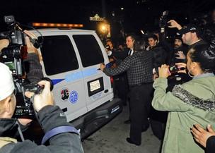 Corpo de Whitney Houston é retirado do hotel (Foto: Agência Reuters)