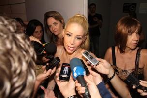 Danielle Winits ao final do espetáculo dando entrevistas (Foto: Thyago Andrade/Photorio News)