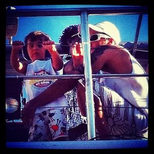Marcelo, filho de Ivete Sangalo, aproveita a folia em cima do trio da mãe (Foto: Reprodução/Twitter)
