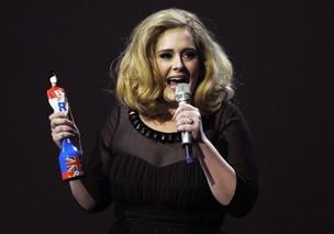 A cantora Adele exibe o que parece ser um anel de noivado no BRIT Music Awards, em Londres (Foto: Reuters)