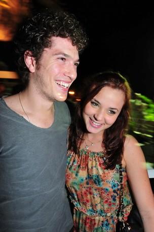 O casal de atores e noivos Caio Paduan e Juliana Lohmann, no Café de la Musique, em Florianópolis (Foto: Cassiano de Souza/Divulgação)