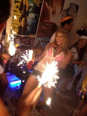 Fani na festa à fantasia do primo (Foto: Divulgação)