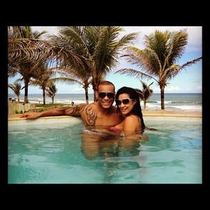 Scheila Carvalho namora com Tony Salles (Foto: Reprodução / Twitter)
