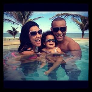 Scheila Carvalho posa com a filha, Giulia, e o marido, Tony Salles (Foto: Reprodução / Twitter)