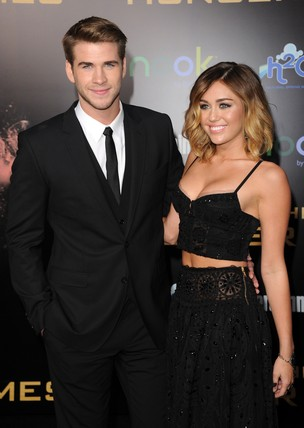 Miley Cyrus e o namorado Liam Hemsworth na première de 'The Hunger Games' em Los Angeles, nos Estados Unidos (Foto: Getty Images/ Agência)