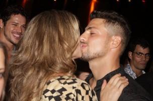 Grazi Massafera beija cauã Reymond em festa da novela 'Aveniva Brasil' no Rio (Foto: Raphael Mesquita/ Photo Rio News)