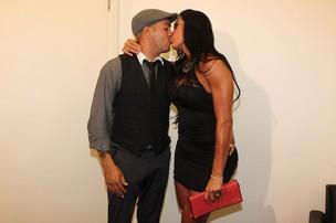Gracyanne Barbosa beija Belo após show do cantor em São Paulo (Foto: Manuela Scarpa/PhotoRioNews)