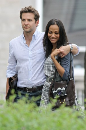 Bradley Cooper e Zoe Saldana durante as filmagens de 'The Words' (Foto: The Grosby Group / Agência)