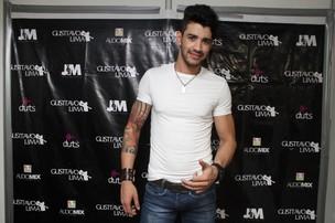 Gusttavo Lima posa no camarim de seu show em Fortaleza (Foto: Alana Andrade/Capuchino Press/Divulgação)