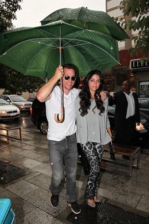 Matthew McConaughey com a esposa Camila Alves chegando em baixo de chuva (Foto: Manuela Scarpa / Photo Rio News)
