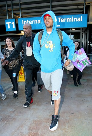 Chris Brown no aeroporto de Sidney, na Austrália (Foto: Grosby Group/ Agência)