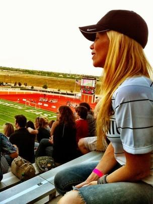 Danielle Winits assiste a jogo do namorado (Foto: Reprodução/Twitter)