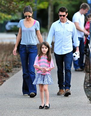 Suri com Tom Cruise e Katie Holmes (Foto: Getty/Agência)