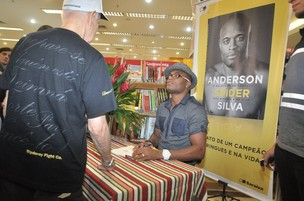 Anderson Silva no lançamento de seu livro (Foto: Roberto Teixeira / EGO)
