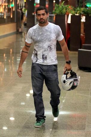 O ex-BBB Yuri passeia em shopping do RIo (Foto: Marcus Pavão / AgNews)