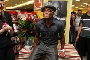 edeac983ff182 Anderson Silva no lançamento de seu livro (Foto  Anderson Borde   AgNews)