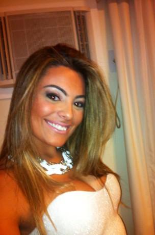 A ex-BBB Monique posta foto toda produzida (Foto: Twitter / Reprodução)