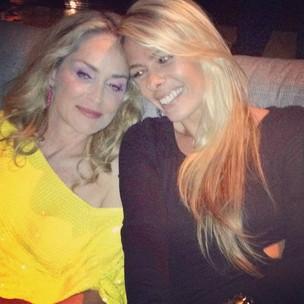 Sharon Stone e Adriane Galisteu no baile da amfAR em São Paulo (Foto: Twitter/ Reprodução)