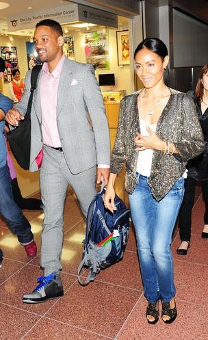 O casal Will Smith e Jada Pinkett Smith desembarcam em Tóquio, no Japão (Foto: Getty Images/ Agência)