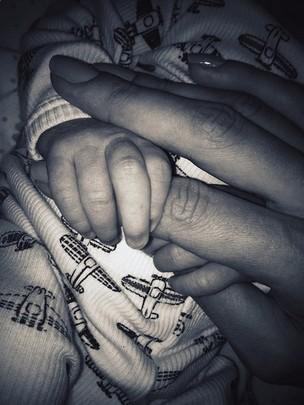 Alessandra Ambrósio posta foto segurando a mãozinha do filho, Noah (Foto: Path/ Reprodução)