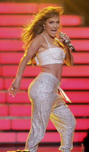 Jennifer Lopez se apresenta na final da 11ª temporada do 'American Idol' (Foto: Reuters/ Agência)