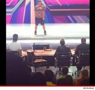 Britney Spears deixa o set de gravação de 'The X Factor' (Foto: Reprodução / Twitter)