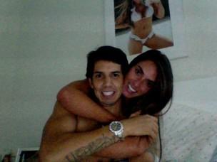 Nicole abraça namorado (Foto: Reprodução /Twitter)