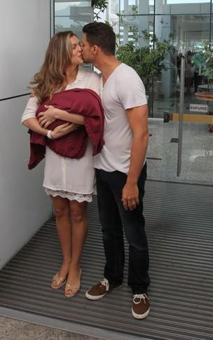 Grazi Massafera e Cauã Reymond deixam a maternidade (Foto: Clayton Militão / Photo Rio News)