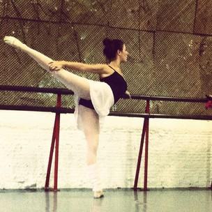 Isis Valverde posta foto fazendo balé (Foto: Instagram / Reprodução)