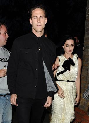 Katy Perry e o namorado Robert Ackroyd depois de jantar em Londres, na Inglaterra (Foto: Grosby Group/ Agência)