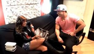 Babi Rossi escuta pela primeira vez a música que o namorado compôs para ela (Foto: Reprodução/YouTube)