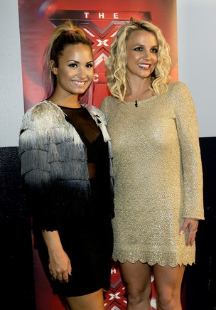 Demi Lovato e Britney Spears nos bastidores do 'The X Factor' em Oakland, na Califórnia, nos Estados Unidos (Foto: Getty Images/ Agência)