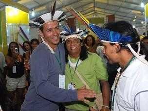 Marcos Palmeira com os índios da tribo Xucuru Kariri, de Alagoas (Foto: Paulo Jabur/Divulgação)