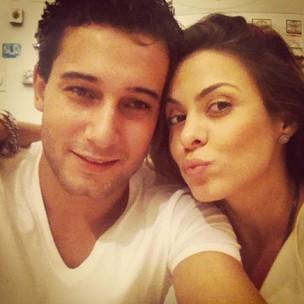 Rafael Almeida e Alinne Rosa jantam juntos (Foto: Twitter/ Reprodução)