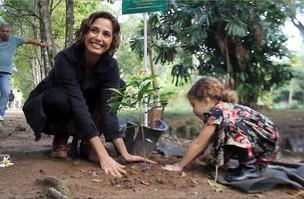Camila Pitanga a filha (Foto: Cleomir Tavares / Photo Rio News)