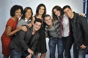 Fátima Bernardes posa com toda sua equipe: Lilia Teles, Aline Prado, Gabriela Lian, Marcos Vera, Lair Renno e Victor Sarro (Foto: Divulgação/TV Globo)