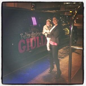 Scheila Carvalho posta foto com a filha e limousine ao fundo (Foto: Instagram / Reprodução)