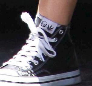 Miley Cyrus: tênis com imagem de folha de maconha (Foto: Agência/X17)