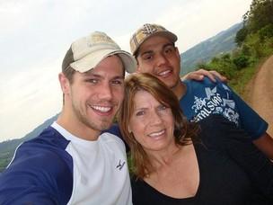 Jonas com a mãe, Marlene, e o irmão, Rafael (Foto: Reprodução/Twitter)