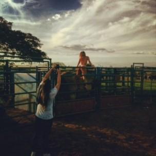 A ex-BBB Fabiana nos bastidores de ensaio nu (Foto: Carolina Alvarez / Divulgação)