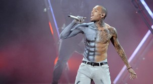 Chris Brown se apresenta no BET Awards, em Los Angeles, nos Estados Unidos (Foto: Reuters/ Agência)