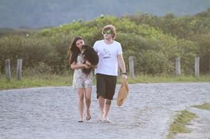 Isis Valverde na praia com o namorado (Foto: Gabriel Reis / AgNews)