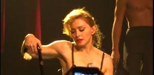 Madonna chorando durante apresentação (Foto: Reprodução / Eonline.com)