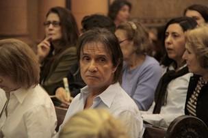 Roberto Carlos na missa de 7º dia de Ivone Kassu (Foto: Isac luz / EGO)