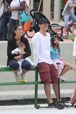 Eduardo Moscovis com a mulher, Cynthia Howlett, e as filhas na Lagoa, no Rio (Foto: Gil Rodrigues/PhotoRioNews)