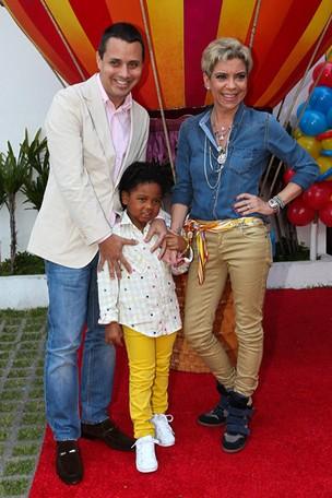 Astrid Fontenelle com o filho, Gabriel, e o marido, Fausto Franco (Foto: Manuela Scarpa / Foto Rio News)
