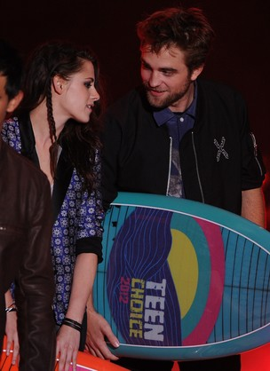 Kristen Stewart e Robert Pattinson no Teen Choice Awards (Foto: Ag&#234;ncia/Getty Images)