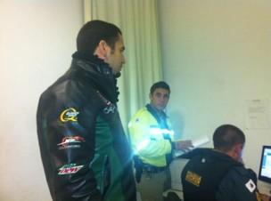 Latino na delegacia da cidade de Nazareno, em Minas Gerais (Foto: Twitter/ Reprodução)