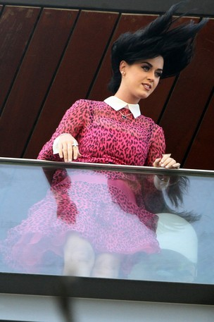 Katy Perry acena para os fãs na sacada do hotel (Foto: Marcello Sá Barretto / Foto Rio News)