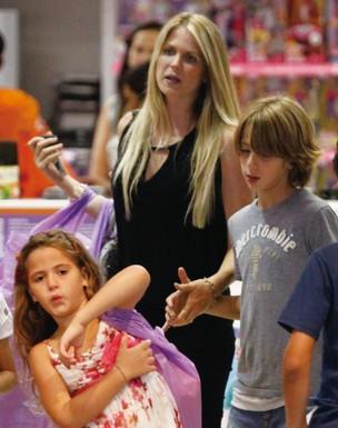 Susana Werner e os filhos (Foto: Marcos Ferreira/PhotoRioNews)